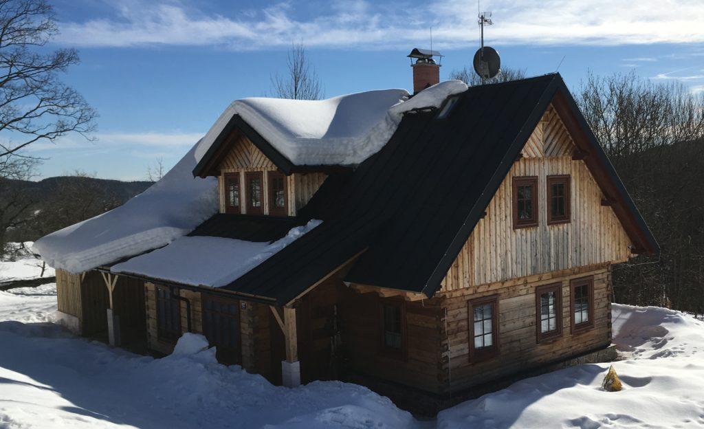 Cedrovka, roubenka, chalupa, dřevěná chata, chata v zimě, zima, sníh, slunečné počasí.