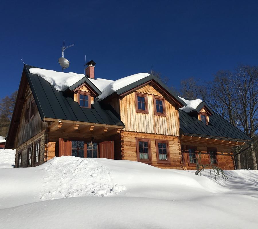 Cedrovka v zimě, roubenka, chalupa, chata, krásné počasí, azuro, sníh.