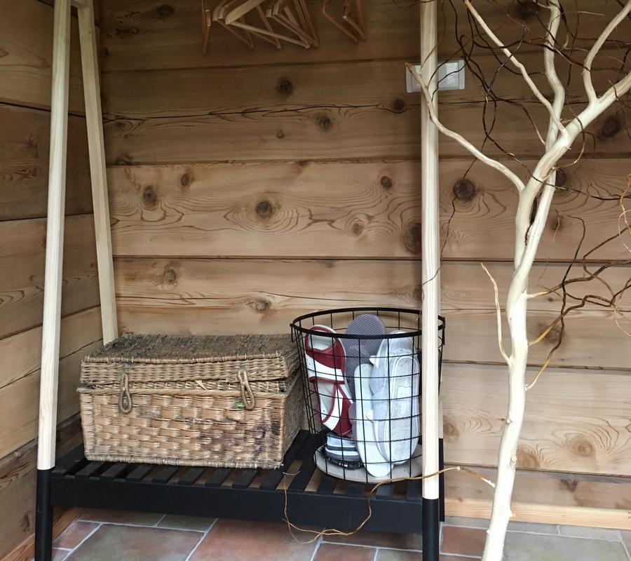 Interiér - věšák na oblečení, dřevěné dekorace , papuče, koš na papuče, strom bez kůry.