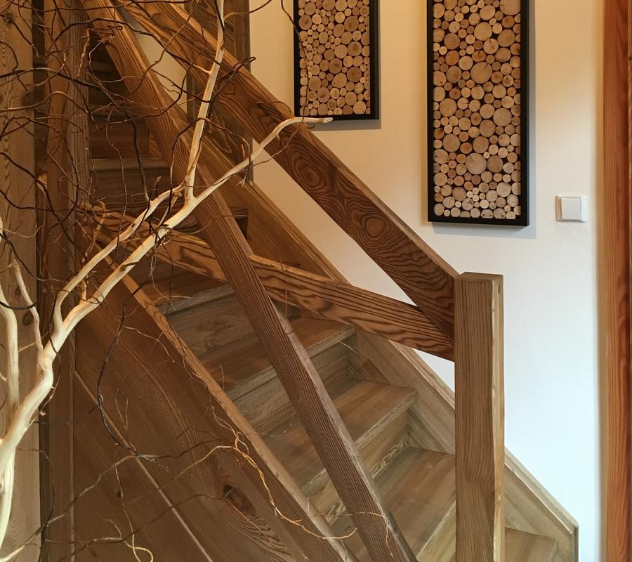 Interiér, zádveří na Cedrovce, chodba, schody, dřevo, výzdoba ze dřeva.