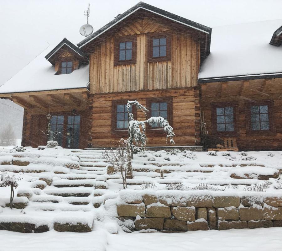 Chalupa v zimě, sněží.